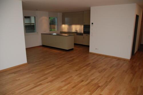 Altersresidenz Steinegg 3.5-Zi-Whg OG11 Wohnzimmer mit Küche 0073